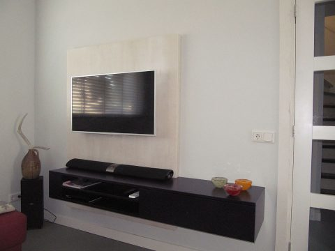 DIY hanging TV cabinet 'Jordi' made by Lennard-