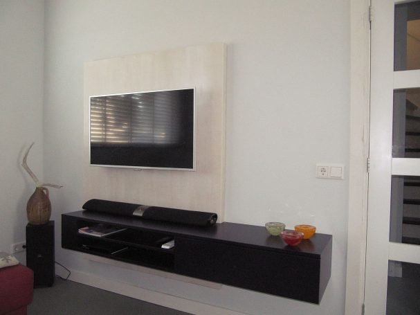 DIY hanging TV cabinet 'Jordi' made by Lennard-